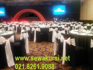 Cover kursi hitam Pada Table Manner